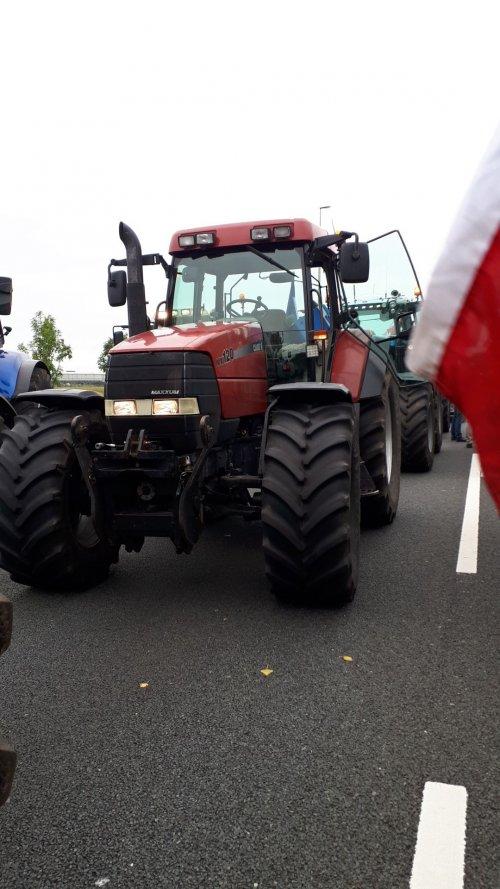 Foto van een Case MX 120 tijden het staken naar denhaag 16 oktober 2019. Geplaatst door RensMx120 op 03-01-2021 om 22:44:28, op TractorFan.nl - de nummer 1 tractor foto website.