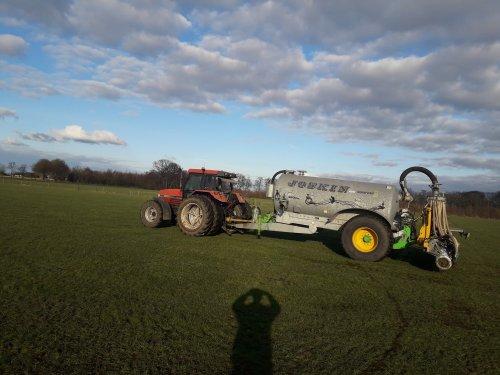 Foto van een Case International Maxxum 5150 Plus met Joskin Komfort2 bezig met grasland bemesten afgelopen 6 maart 2021