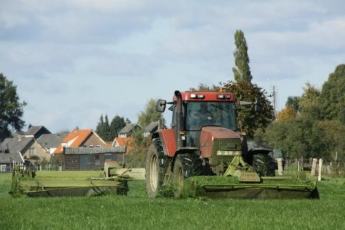 Foto van een Case MX 110, bezig met gras maaien.. Geplaatst door TomH op 13-01-2010 om 14:25:34, met 26 reacties.
