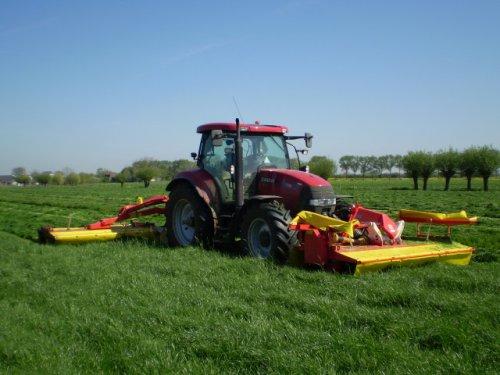 Foto van een Case Maxxum 115, bezig met gras maaien.. Geplaatst door japie82 op 31-03-2010 om 21:06:48, met 10 reacties.