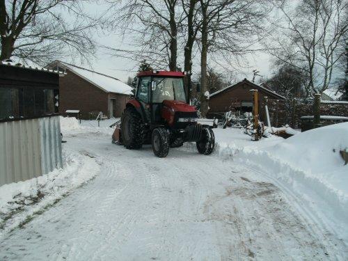 Foto van een Case IH JX 70, bezig met sneeuwschuiven winter 2009-2010. Geplaatst door artfendt op 28-05-2010 om 09:01:44, op TractorFan.nl - de nummer 1 tractor foto website.