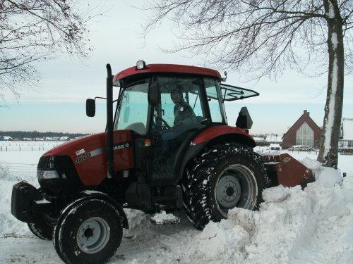 Foto van een Case IH JX 70, bezig met sneeuwschuiven. Geplaatst door artfendt op 28-05-2010 om 09:04:15, op TractorFan.nl - de nummer 1 tractor foto website.