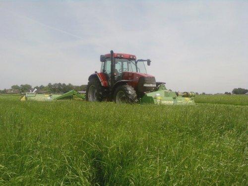 Foto van een Case MX 110, bezig met gras maaien.. Geplaatst door caseihmaxxum op 26-06-2010 om 21:07:33, met 2 reacties.