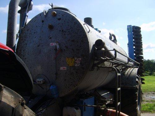 Foto van een Case MX 135, bezig met bemesten.. Geplaatst door JD 8530 op 30-07-2010 om 20:06:59, met 4 reacties.