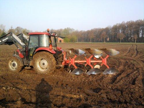 Case IH JX 70 bezig met ploegen aardappelland   met een kverneland ploeg 3 schaars. Geplaatst door Casegek4ever op 03-08-2010 om 19:16:10, met 5 reacties.