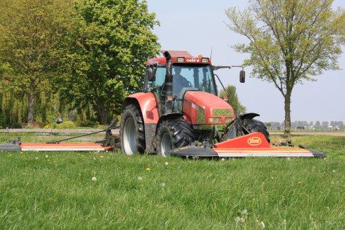 Foto van een Case CS 110, bezig met gras maaien.. Geplaatst door bruur op 26-10-2010 om 21:21:57, met 4 reacties.