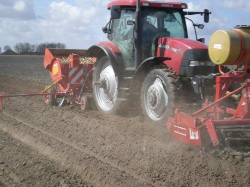 Foto van een Case Maxxum 130, bezig met aardappels poten.. Geplaatst door Possien op 18-04-2011 om 12:26:52, met 2 reacties.