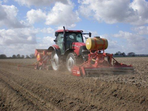Foto van een Case Maxxum 130, bezig met aardappels poten.. Geplaatst door Possien op 18-04-2011 om 12:27:17, met 2 reacties.
