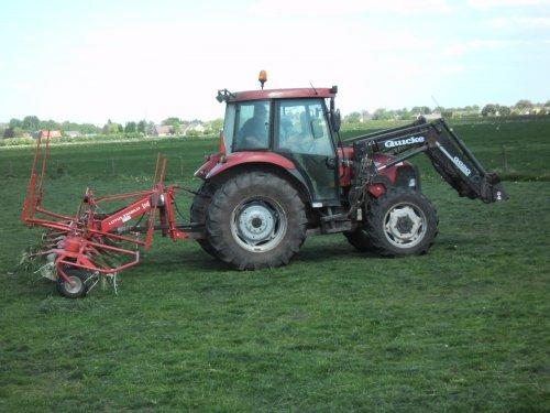 Foto van een Case JX 70, bezig met gras schudden.. Geplaatst door svenNHpower op 19-06-2011 om 20:12:51, met 11 reacties.