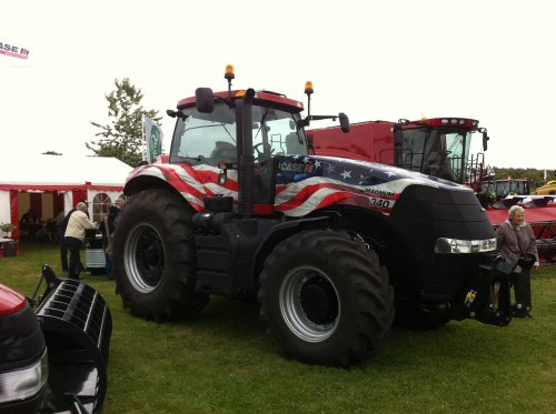 Case IH Magnum 340 Stars and Stripes van IH power in dk
