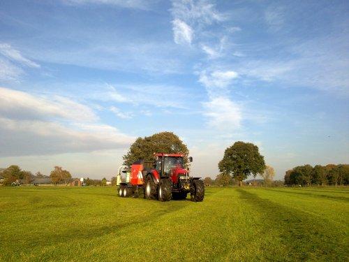 Foto van een Case MXU 135, bezig met balen persen.  Kuhn 2160 Demo pers van Wolterink uit Belturm. Geplaatst door AMRzelhem op 04-11-2011 om 18:45:08, op TractorFan.nl - de nummer 1 tractor foto website.