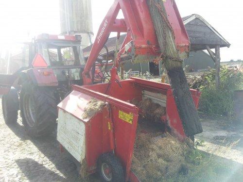 Foto van een Trioliet UKW (voermachine), bezig met palen trekken. Geplaatst door Ryan v hamersveld op 16-10-2012 om 15:39:19, met 11 reacties.