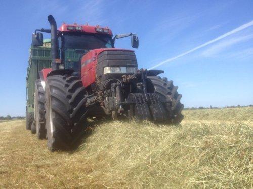 Foto van een Case MX 135, bezig met gras inkuilen.. Geplaatst door basconijn97 op 28-05-2013 om 22:24:41, op TractorFan.nl - de nummer 1 tractor foto website.