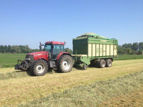 Foto van een Case MX 135, bezig met gras inkuilen.. Geplaatst door basconijn97 op 28-05-2013 om 22:24:51, op TractorFan.nl - de nummer 1 tractor foto website.