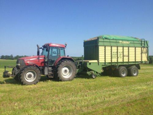 Foto van een Case MX 135, bezig met gras inkuilen.. Geplaatst door basconijn97 op 28-05-2013 om 22:25:28, op TractorFan.nl - de nummer 1 tractor foto website.