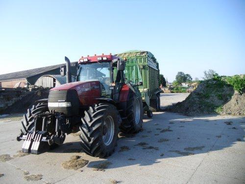 Foto van een Case MX 135, bezig met gras inkuilen. Geplaatst door basconijn97 op 28-05-2013 om 23:00:08, op TractorFan.nl - de nummer 1 tractor foto website.