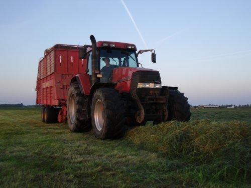 Foto van een Case MX 120, bezig met gras inkuilen.. Geplaatst door basconijn97 op 28-05-2013 om 23:02:35, op TractorFan.nl - de nummer 1 tractor foto website.
