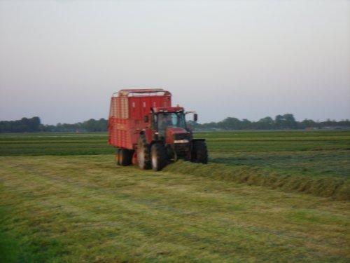 Foto van een Case MX 120, bezig met gras inkuilen.. Geplaatst door basconijn97 op 28-05-2013 om 23:02:49, op TractorFan.nl - de nummer 1 tractor foto website.