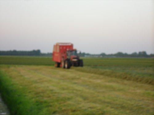 Foto van een Case MX 120, bezig met gras inkuilen.. Geplaatst door basconijn97 op 28-05-2013 om 23:02:58, op TractorFan.nl - de nummer 1 tractor foto website.