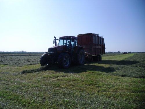 Foto van een Case MX 120, bezig met gras inkuilen.. Geplaatst door basconijn97 op 28-05-2013 om 23:03:11, op TractorFan.nl - de nummer 1 tractor foto website.