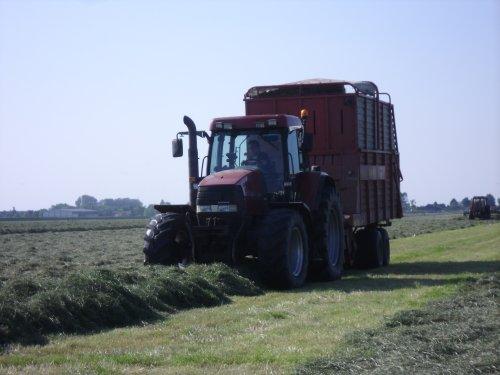 Foto van een Case MX 120, bezig met gras inkuilen.. Geplaatst door basconijn97 op 28-05-2013 om 23:03:21, op TractorFan.nl - de nummer 1 tractor foto website.