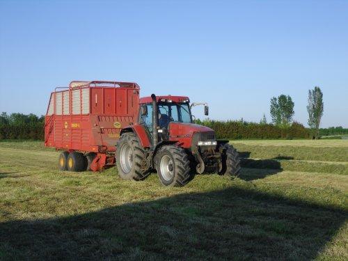 Foto van een Case MX 120, bezig met gras inkuilen.. Geplaatst door basconijn97 op 28-05-2013 om 23:04:08, op TractorFan.nl - de nummer 1 tractor foto website.
