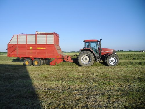 Foto van een Case MX 120, bezig met gras inkuilen.. Geplaatst door basconijn97 op 28-05-2013 om 23:04:23, op TractorFan.nl - de nummer 1 tractor foto website.