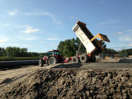 Foto van een Case CVX 1190, bezig met dumperen. bij de boring in Spaarnwoude. Geplaatst door Cassie op 12-06-2013 om 18:29:31, op TractorFan.nl - de nummer 1 tractor foto website.