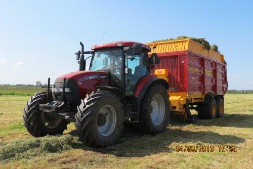 Foto van een Case MXU 135, bezig met gras inkuilen.. Geplaatst door jobfendtvario op 15-06-2013 om 14:38:24, met 4 reacties.