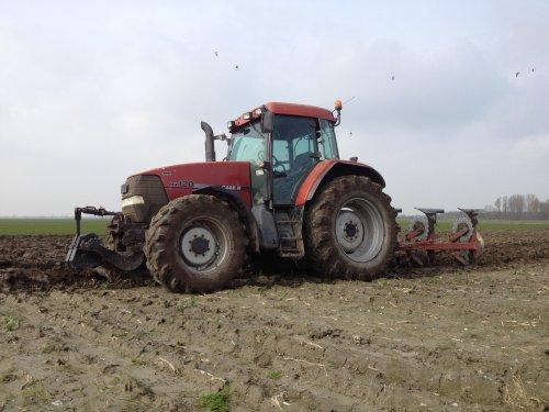 Foto van een Case IH Maxxum MX 120, bezig met ploegen / eggen.. Geplaatst door basconijn97 op 21-06-2013 om 22:04:26, op TractorFan.nl - de nummer 1 tractor foto website.