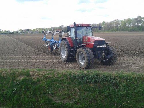 Foto van een Case MX 135, bezig met ploegen / eggen. Loonbedrijf van Gog. Geplaatst door fendt+ford op 07-04-2014 om 14:47:20, op TractorFan.nl - de nummer 1 tractor foto website.