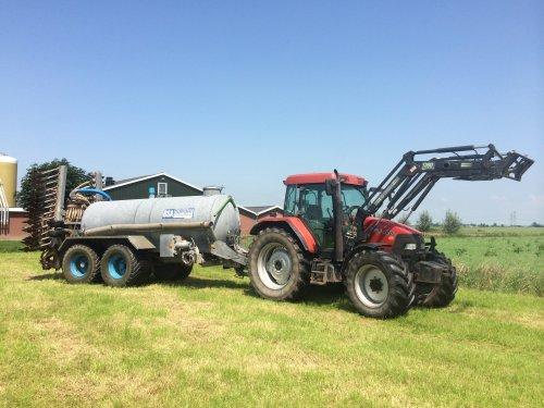 Foto van een Case MX 100 C, druk bezig met Bemesten.. Geplaatst door Pascal op 12-06-2014 om 20:59:42, op TractorFan.nl - de nummer 1 tractor foto website.