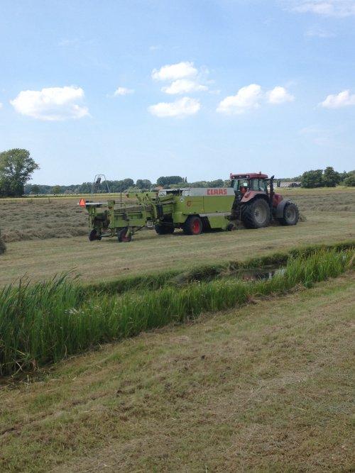 Loonbedrijf Dijkshoorn aan het hooi persen vandaag.. Geplaatst door trekkerfanz-h op 04-07-2014 om 22:30:04, op TractorFan.nl - de nummer 1 tractor foto website.