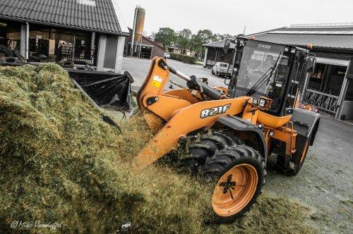 Waarschijnlijk de belangrijkste persoon tijdens de gras (en maïs) oogst!  Case 821F Loonbedrijf Van Weert - Sterksel (NL)