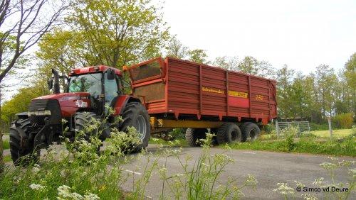 Loonbedrijf de wit met hun Case MX 135, bezig met gras hakselen.. Geplaatst door Simco vd Deure op 27-05-2015 om 20:08:51, op TractorFan.nl - de nummer 1 tractor foto website.