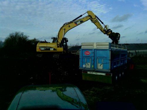 Caterpillar 319D, teelaarde afgraven te Diegem. Geplaatst door nico7530 op 29-11-2011 om 22:44:03, met 4 reacties.