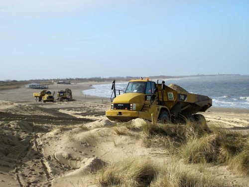 Foto van een Caterpillar 740 zand rijden bij strandpaviljoen 25 Breskens. Geplaatst door A.H.S. op 11-03-2018 om 12:04:40, op TractorFan.nl - de nummer 1 tractor foto website.