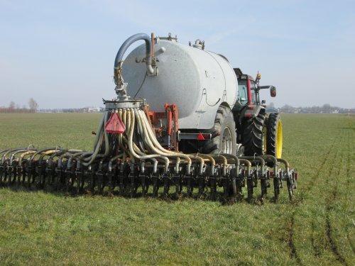Op deze foto is Agrarisch loonbedrijf  A.J. - C.J.P. Koenis VOF actief met een Valtra 6400.  en Cebeco mesttank en Kaweco sleufkeuter.(6mtr)