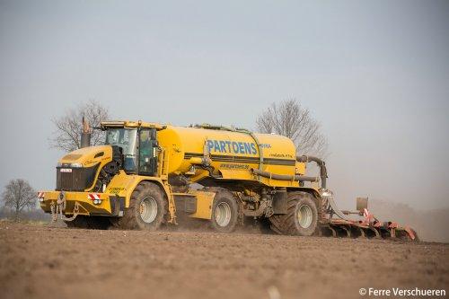 Loonbedrijf Partoens uit Bree (B) aan het bouwland bemesten met hun Challenger Terra Gator 3244 met 27 kuubs NMS trailer en Evers Freiberger XL.