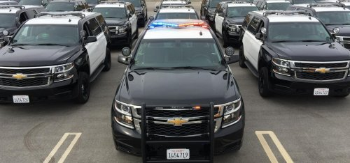 "Persfoto van een Chevrolet Tahoe, opgebouwd voor personenvervoer. The County of Ventura (Calif.) is one of the first fleets to take delivery of the 2015 Chevrolet Tahoe PPV and they will soon be used by the county sheriff's department while on patrol, Chevrolet announced today. Once the existing Ford Crown Victorias and Dodge Chargers are phased out, the County of Ventura's patrol fleet will be comprised solely of Chevrolet Tahoe PPVs, starting with 25 by the end of this year with more to be phased in during 2015. ""The safety and ergonomics of the 2015 Chevrolet Tahoe PPV are the key reasons for the sheriff's department and our fleet operations team choosing this vehicle to replace their current patrol vehicles,"" said Peter Bednar, County of Ventura Fleet Operations manager. ""The visibility from the vehicle allows deputies to better spot incidents and react faster."" For the first time, the Tahoe PPV is offered with 4-wheel-drive (4WD) capability. Tahoe PPV remains the only full-size, body-on-frame truck-based product on the market. Off to a strong start, more than 6,500 Tahoe PPVs have been ordered since March when the vehicle was made available to police agencies and fleets. ""The Tahoe PPV & SSV continues to be GM Fleet and Commercial's most-popular selling police vehicle,"" said Ed Peper, U.S. vice president, GM Fleet & Commercial. ""The all-new Tahoe strengthens GM's police portfolio and commitment to the law enforcement market."" Although more municipalities are selecting Tahoes due to their low cost of ownership and high resale value, Chevrolet still has the most comprehensive police lineup in the market.  The Chevrolet Caprice PPV, a purpose-built police duty vehicle that delivers best-in-class top speed and 0-60 acceleration of just over six seconds, and the Chevrolet Impala Limited Police sedan give police fleet owners options when it comes to choosing a vehicle. New for 2015 is the Chevrolet Silverado 1500 Crew Cab Special Service Vehicle (SSV). It offers the same capabilities and durability as the award-winning Silverado 1500, with special features designed for police use."