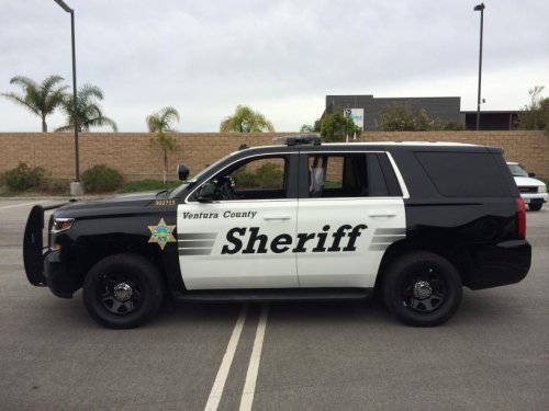 """Persfoto van een Chevrolet Tahoe, opgebouwd voor personenvervoer. The County of Ventura (Calif.) is one of the first fleets to take delivery of the 2015 Chevrolet Tahoe PPV and they will soon be used by the county sheriff's department while on patrol, Chevrolet announced today. Once the existing Ford Crown Victorias and Dodge Chargers are phased out, the County of Ventura's patrol fleet will be comprised solely of Chevrolet Tahoe PPVs, starting with 25 by the end of this year with more to be phased in during 2015. """"The safety and ergonomics of the 2015 Chevrolet Tahoe PPV are the key reasons for the sheriff's department and our fleet operations team choosing this vehicle to replace their current patrol vehicles,"""" said Peter Bednar, County of Ventura Fleet Operations manager. """"The visibility from the vehicle allows deputies to better spot incidents and react faster."""" For the first time, the Tahoe PPV is offered with 4-wheel-drive (4WD) capability. Tahoe PPV remains the only full-size, body-on-frame truck-based product on the market. Off to a strong start, more than 6,500 Tahoe PPVs have been ordered since March when the vehicle was made available to police agencies and fleets. """"The Tahoe PPV & SSV continues to be GM Fleet and Commercial's most-popular selling police vehicle,"""" said Ed Peper, U.S. vice president, GM Fleet & Commercial. """"The all-new Tahoe strengthens GM's police portfolio and commitment to the law enforcement market."""" Although more municipalities are selecting Tahoes due to their low cost of ownership and high resale value, Chevrolet still has the most comprehensive police lineup in the market.  The Chevrolet Caprice PPV, a purpose-built police duty vehicle that delivers best-in-class top speed and 0-60 acceleration of just over six seconds, and the Chevrolet Impala Limited Police sedan give police fleet owners options when it comes to choosing a vehicle. New for 2015 is the Chevrolet Silverado 1500 Crew Cab Special Service Vehicle (SSV). It offers the """