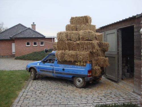 Foto van een Citroën c15 op crossbanden.ik gebruikte deze om stro hout mest bieten .......te vervoeren .was best plezant en is dus ook een beetje een agrarisch voertuig.😂