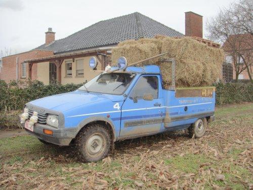 Foto van een Citroën C15 bezig met hooi vervoeren.is alweer een hele tijd geleden. 😁. Geplaatst door stijn-de-bock op 04-04-2019 om 05:20:33, met 8 reacties.
