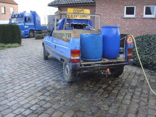 Foto van een Citroën C15 bezig met water voor de dieren te vervoeren. Let ook op de banden,zo kom je er wel.