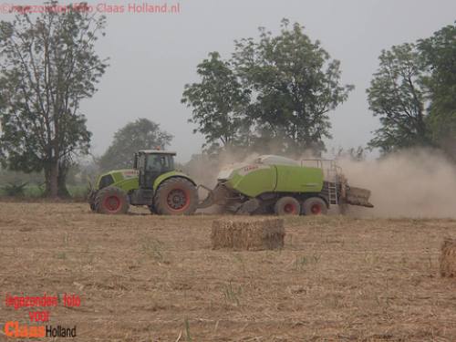 Foto van een Claas Axion met een Claas quadrant 4200 in Thailand.  Meer op > https://claasholland.wordpress.com/2016/12/24/claas-in-de-suikerriet-oogst-claas-in-the-sugarcane-straw-harvest/