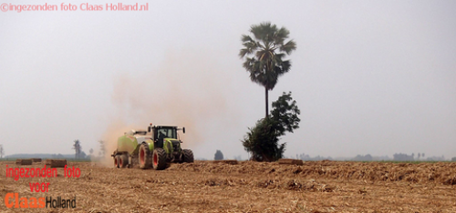 Foto van een Claas Axion met een Claas quadrant 4200 in Thailand. 