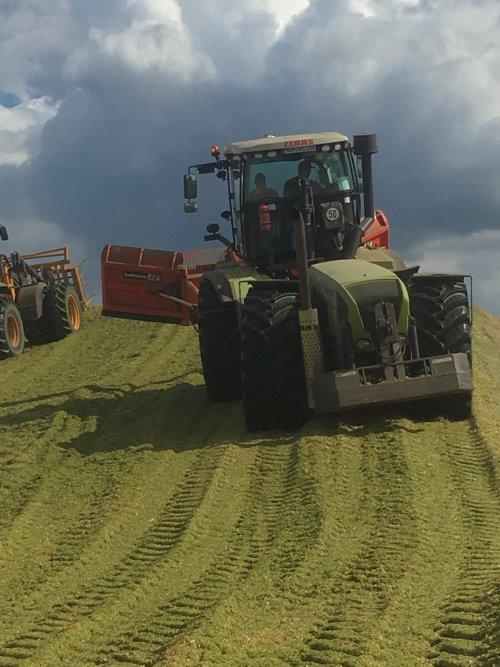 Foto van een Claas Xerion 3300 VC. Geplaatst door Marnixw op 27-09-2017 om 09:21:25, op TractorFan.nl - de nummer 1 tractor foto website.