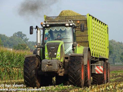 Foto van een Claas Axion 820, Loonbedrijf Pleizier & Timmer uit Nijkerk aan het mais hakselen in Oldebroek. ZIE OOK DE VIDEO  https://www.youtube.com/watch?v=V03__PD1g-U