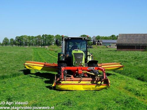 Foto van een Claas Axion 820, loonbedrijf Lagerweij uit Renswoude aan het gras maaien. ZIE OOK DE VIDEO https://youtu.be/6JGVlu-fmZQ
