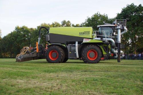 Foto van een Claas Xerion 4000. Geplaatst door jans-eising op 09-08-2018 om 21:13:04, op TractorFan.nl - de nummer 1 tractor foto website.